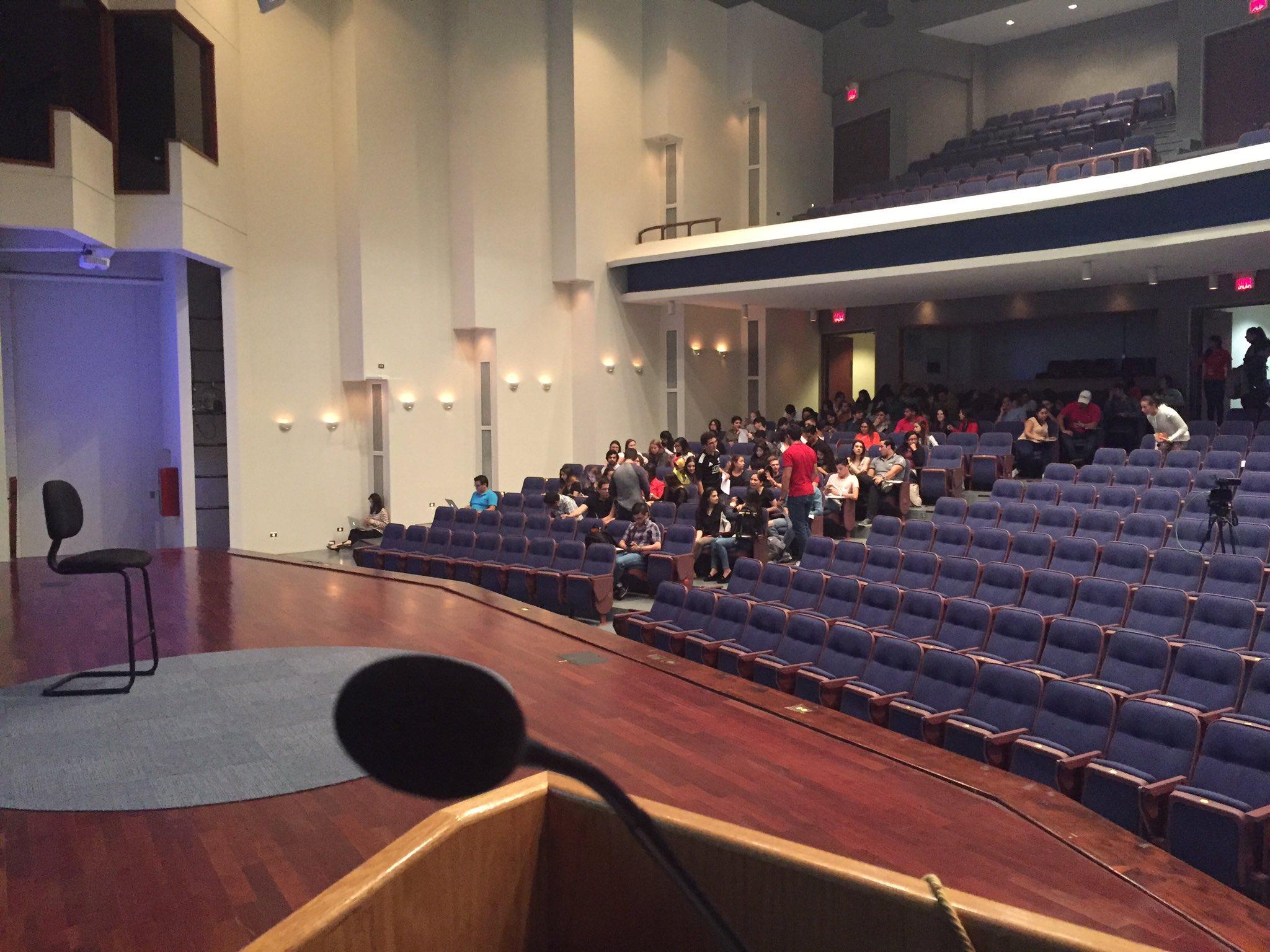 Se empieza a llenar el auditorium @UFMedu en espera de @yoanisanchez #YoaniUFM https://t.co/48gGRHAfsd