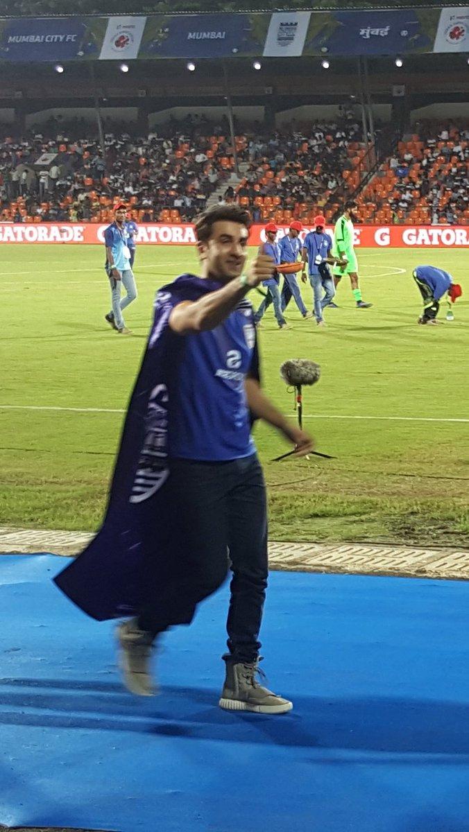 The @MumbaiCityFC fans are feeling some love from #RanbirKapoor right now!  #BoleTohMCFC #LetsFootball https://t.co/bGZCXOqadZ