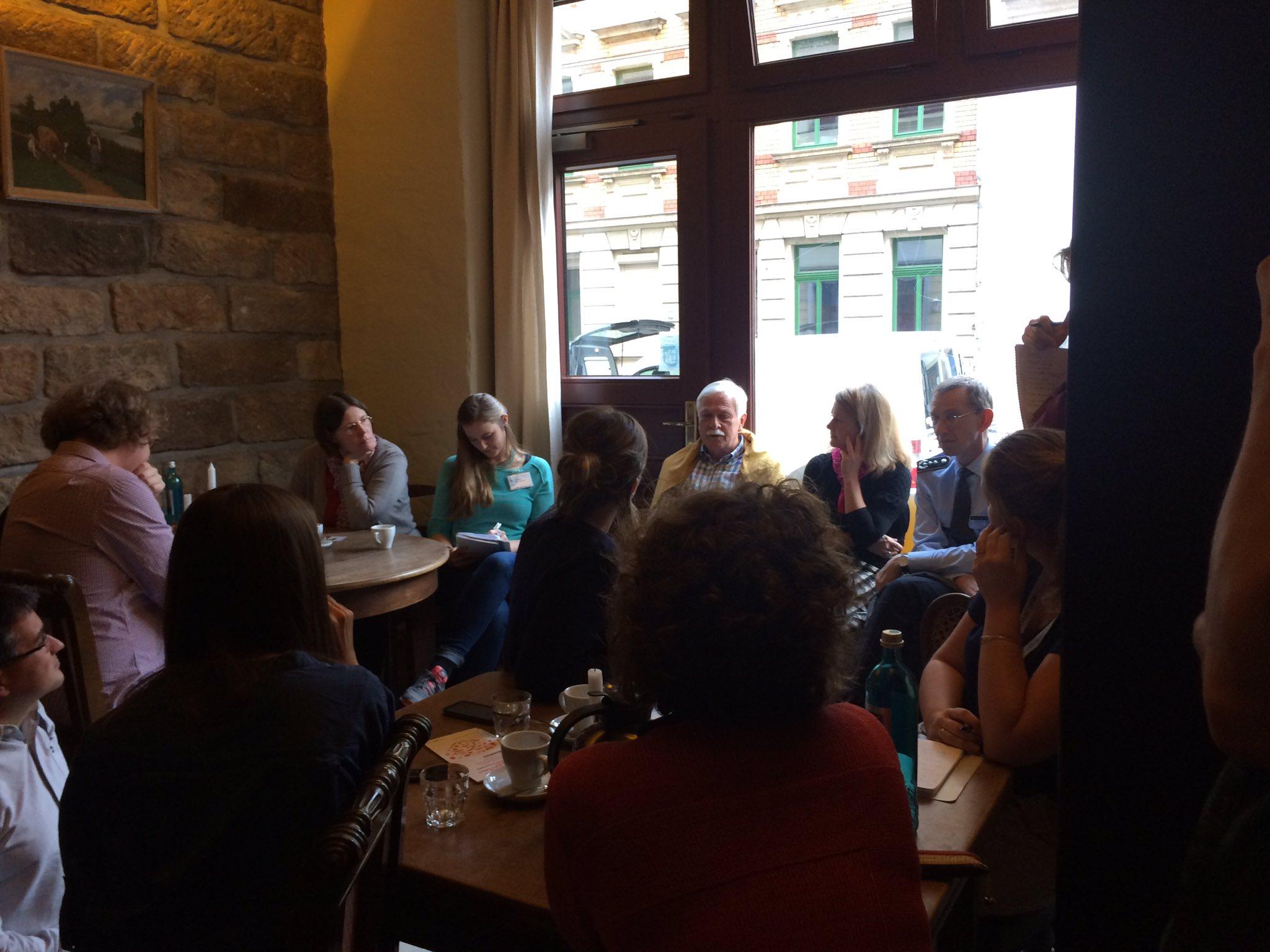 Die #ddss16 ist intensiver Austausch- heute mit den DirektorInnen der Institutionen im Café. https://t.co/NqIYWpdGPi