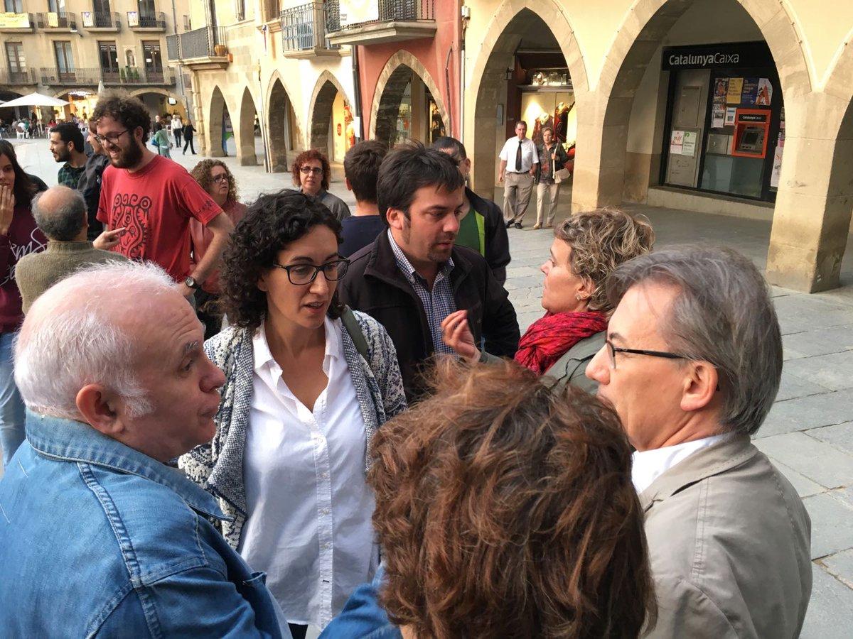 Apunt de començar la concentració de suport a @joancomaroura de @CapgiremVic a la plaça Major de #Vic https://t.co/ulpOoawYiu