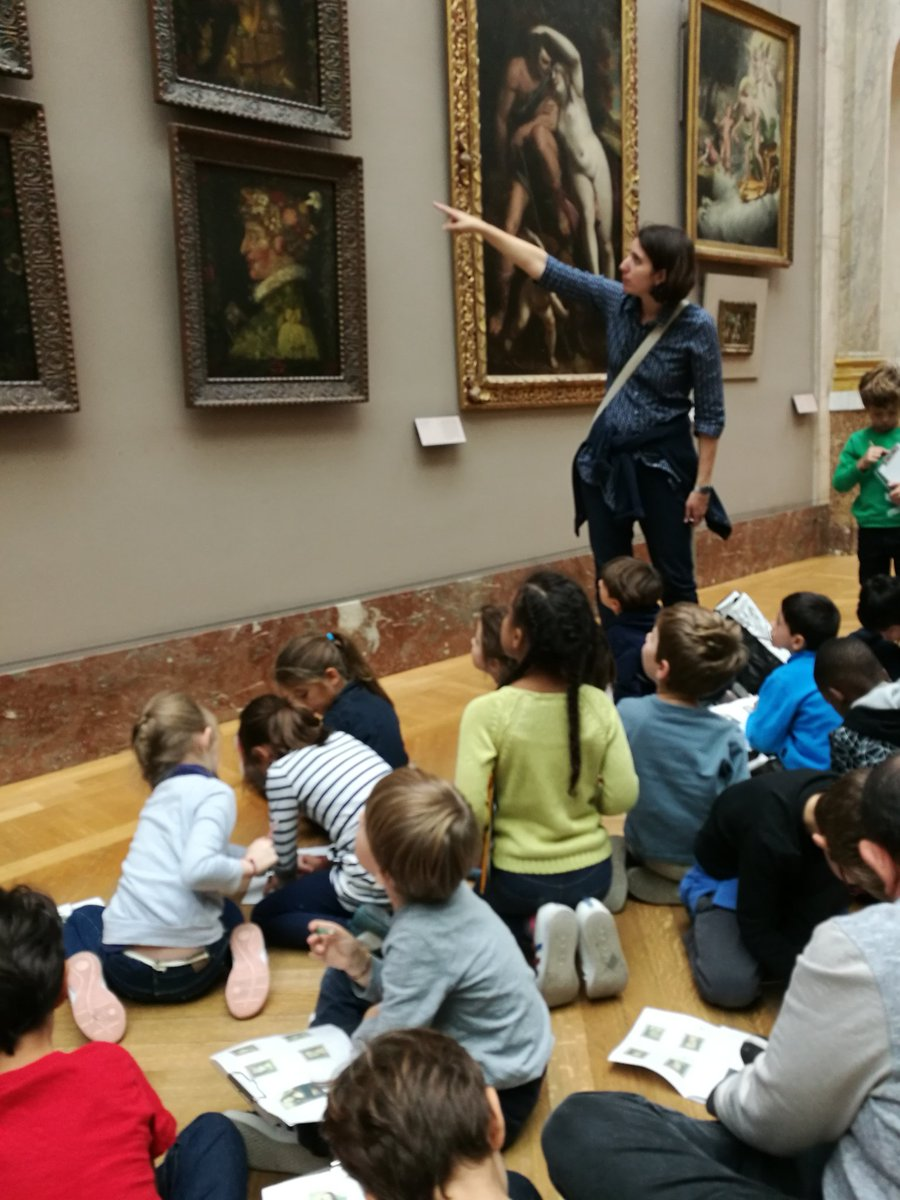 卢浮宫里,老师在认真地对一群只有三四岁大的小朋友讲解油画,然后小朋友选一副自己喜欢的作品来临摹。其实在卢浮宫里,随处可见从幼儿园到小学的孩子们。法国人从小的艺术培养和审美积淀,不是我们能望其项背的! https://t.co/at16sgGdxg