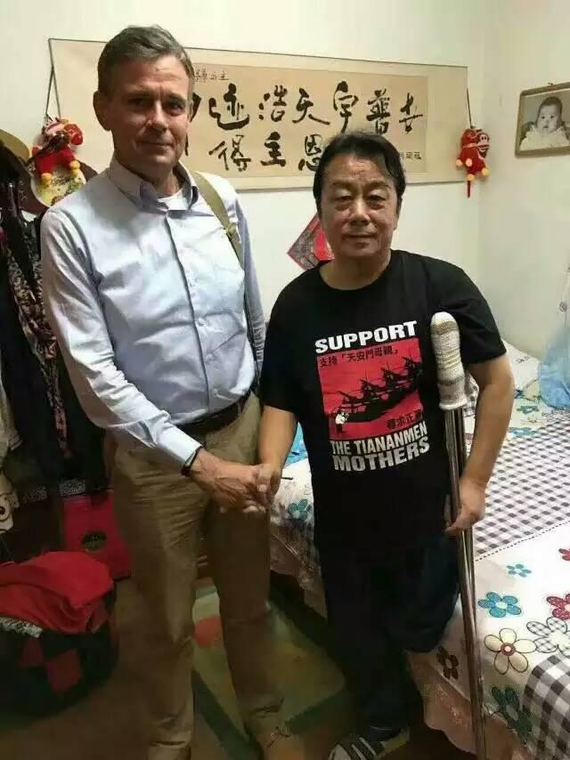"""本月中旬,北京人苗德顺先生将出狱,他因阻挡戒严部队军车进城,在延庆监狱服刑27年(原判无期)。他将是最后一名走出小监狱的""""暴徒""""。昨日美联社专题采访了齐志勇先生。图为昨日美联社记者与齐先生合影。 https://t.co/exuP0xyh0d"""