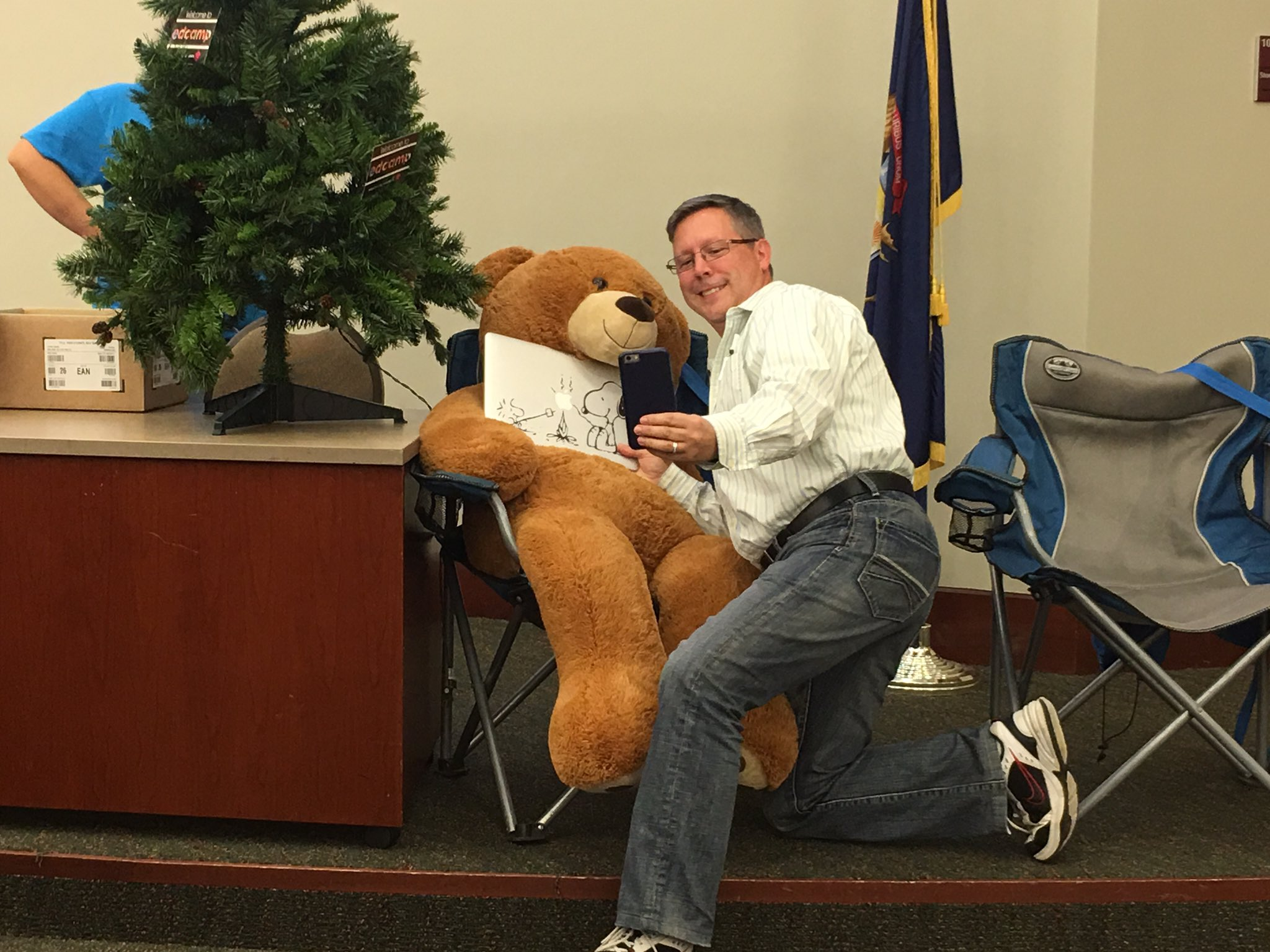 Everyone wants a selfie with our Camp Bear at #edcampmdlc @trmartin101t https://t.co/ABTIN0PE8m