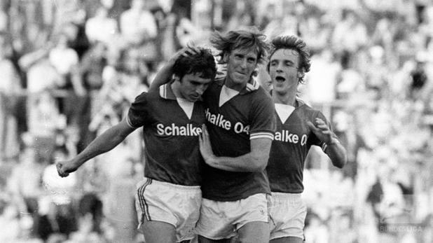 #OnThisDay 1976 schlug @s04 den @FCBayern 7:0. Klaus #Fischer gelangen dabei ⚽️⚽️⚽️⚽️ Tore!