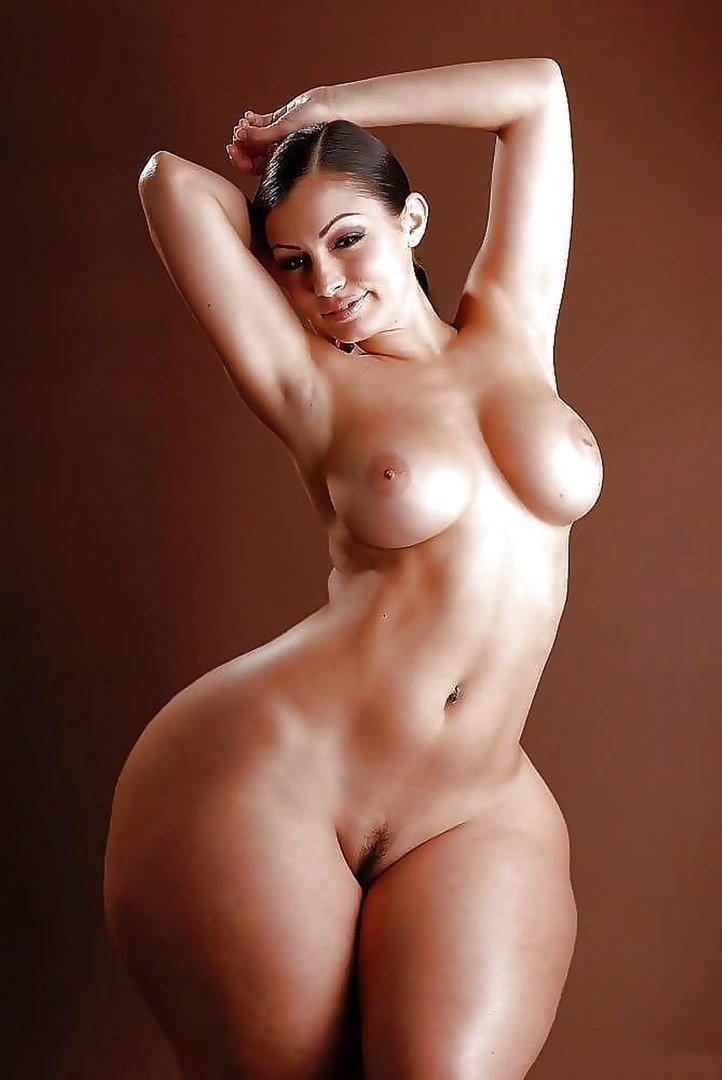 Огромные бедра голых баб