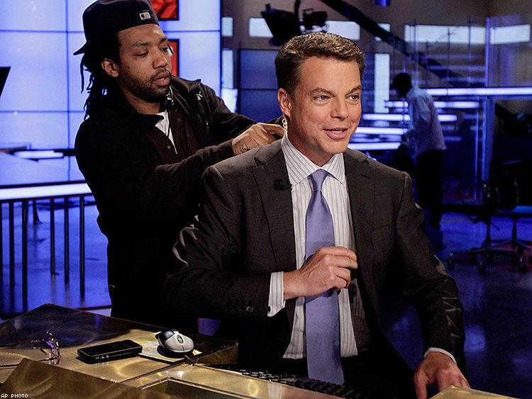 So @Shepard Smith of @FoxNews comes out as gay. Says not connected to Ailes departure. https://t.co/vYZiDYL90N https://t.co/pFrfeHTW7C