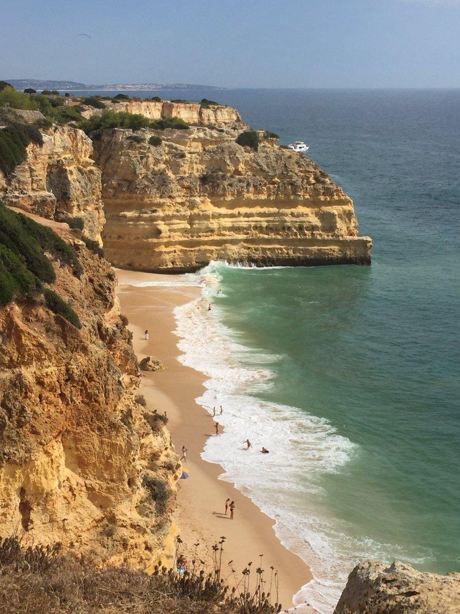Found this amazing little beach today #praiadamarinha #algarve #hiddengem pic.twitter.com/8Ac2QVSQqT
