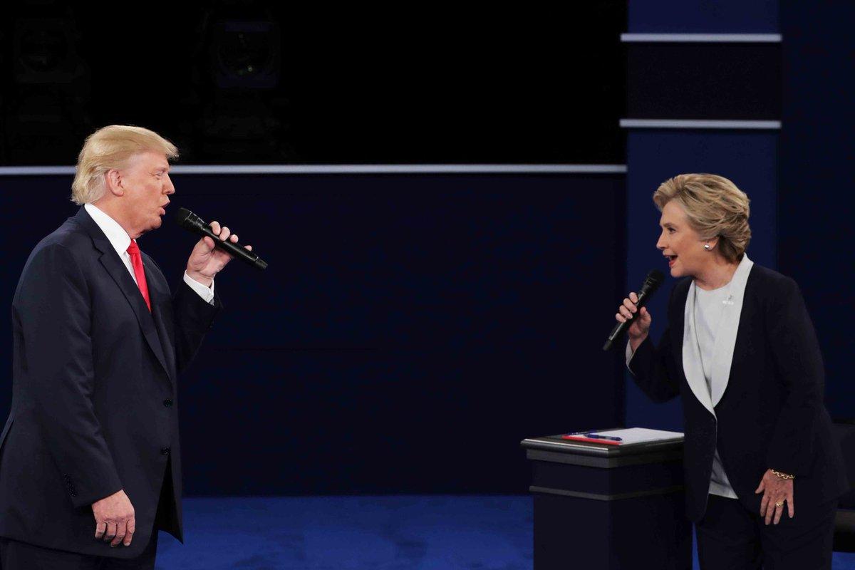 「男女デュオシンガーにしか見えない」と評判のテレビ討論会におけるヒラリーとトランプの写真、面白すぎていつまででも見ていられる。