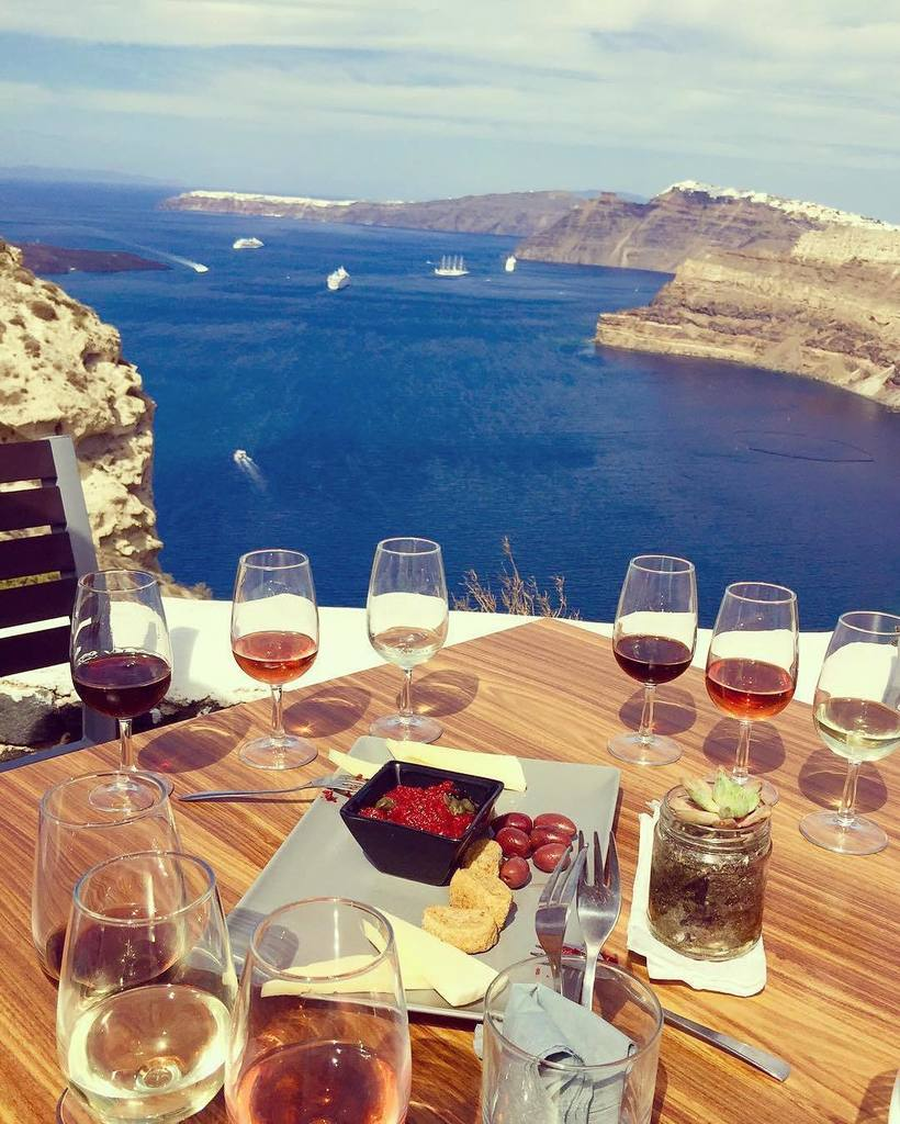 Sipping and sailing through Santorini. Can you think of any better way to spend #WineWednesday? We can't! (stunning… https://t.co/FYQEgCSYZt