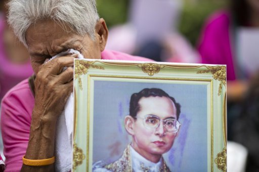 Thailand's King Bhumibol - the world's longest reigning monarch - has died aged 88 #HeartNews https://t.co/i8pONwl3XW