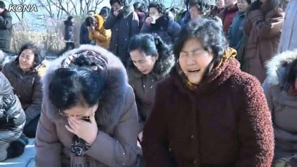 プミポン国王死去でタイの市民が悲しみに暮れているようですが、ここで金正日総書記死去時の平壌市民を見てみましょう https://t.co/XONfcbmUyF