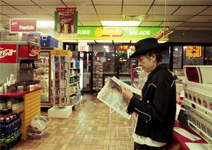 Bob Dylan reading Baseball Weekly in 2000 (photo by Ken Regan) https://t.co/WqVSnP9ZBV