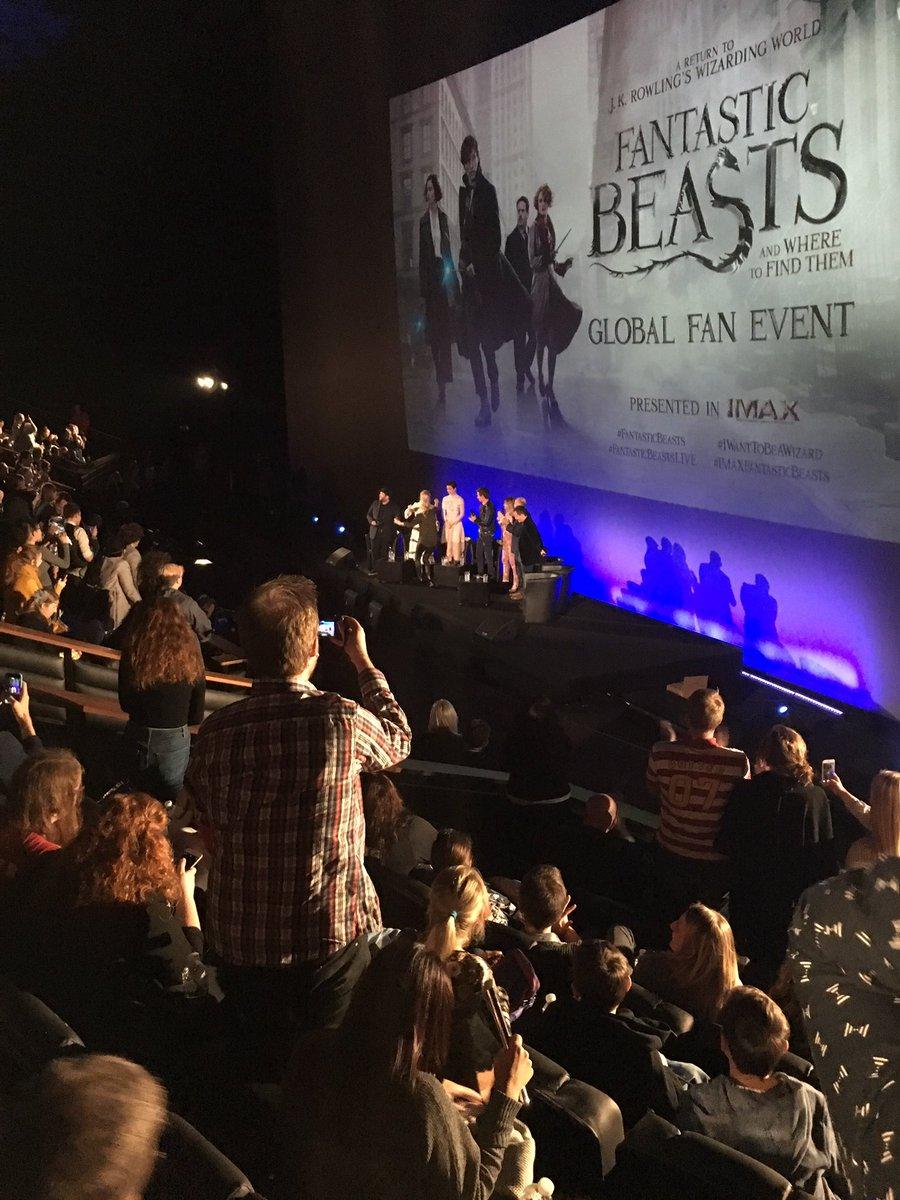Rowling subiendo a la tarima (cortesía de Mugglenet)