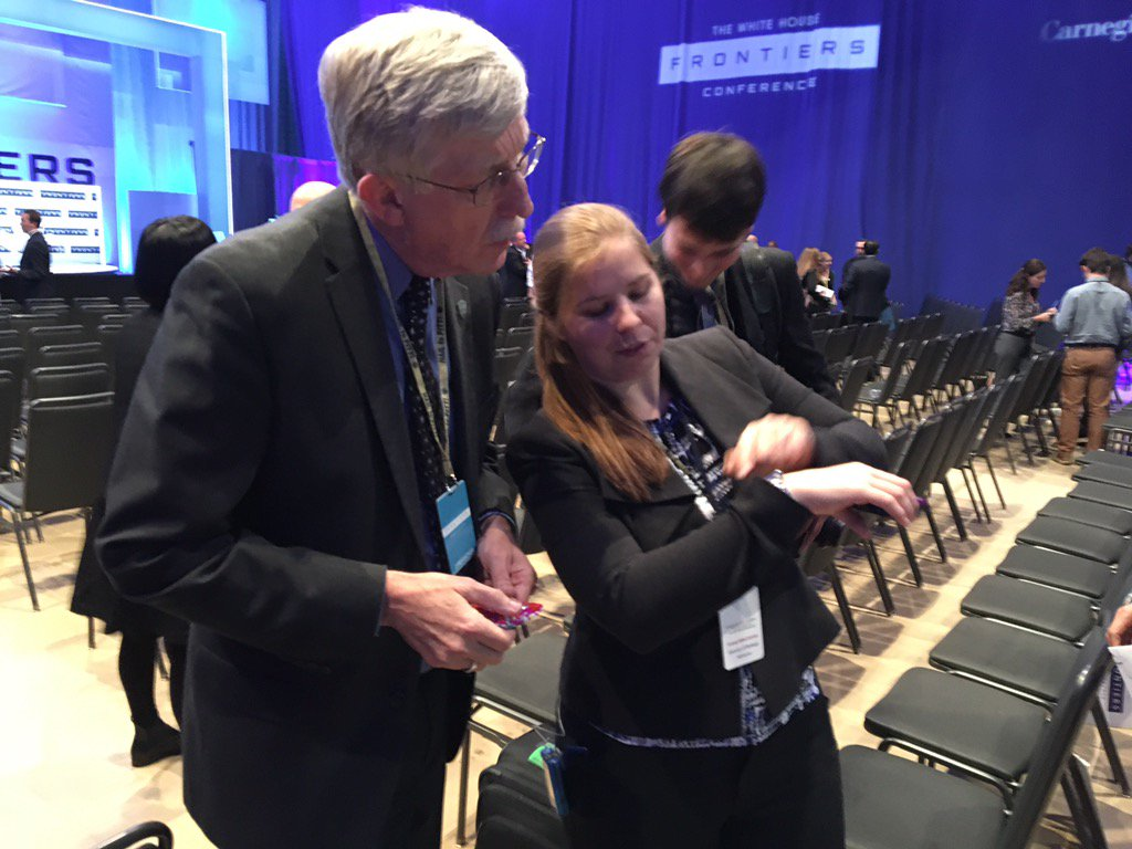 An honor to show @NIHDirector my #OpenAPS rig (in his hands) and the data visualizations on my watch. #WHFrontiers https://t.co/qg0br49uIU