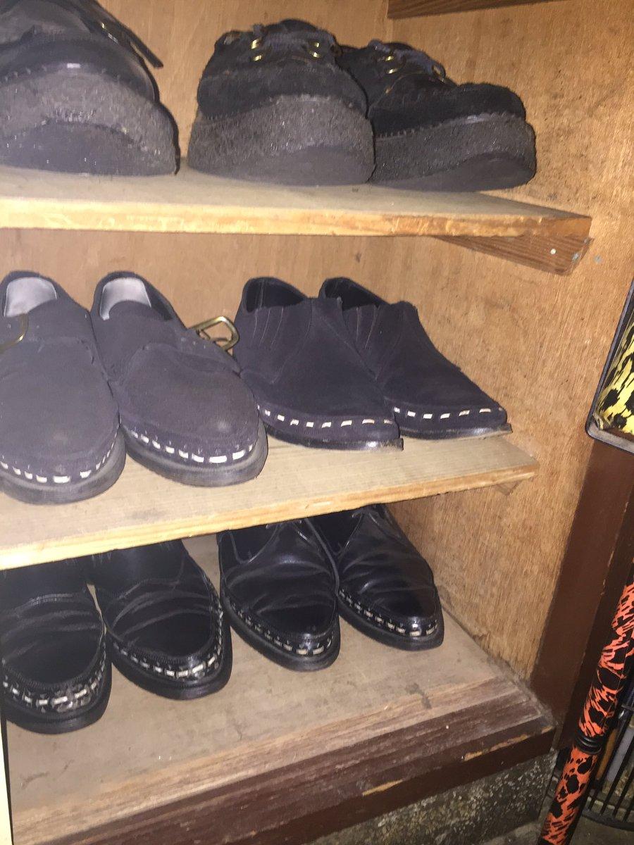 出先に出る前に靴を探してたら黒シリーズのシューズボックス。 見たらロカ系のシューズの一部が何気にホコリかぶってないかぁ?(笑)pic.twitter.com/1GyHgS4c3b