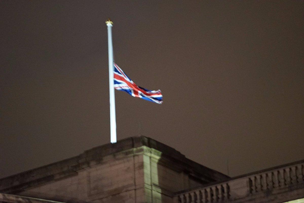สหราชอาณาจักรลดธงครึ่งเสาทั่วประเทศ เพื่อไว้อาลัยการสวรรคตองค์พระบาทสมเด็จพระเจ้าอยู่หัวรัชกาลที่ 9 https://t.co/5Nvl0CdcNU