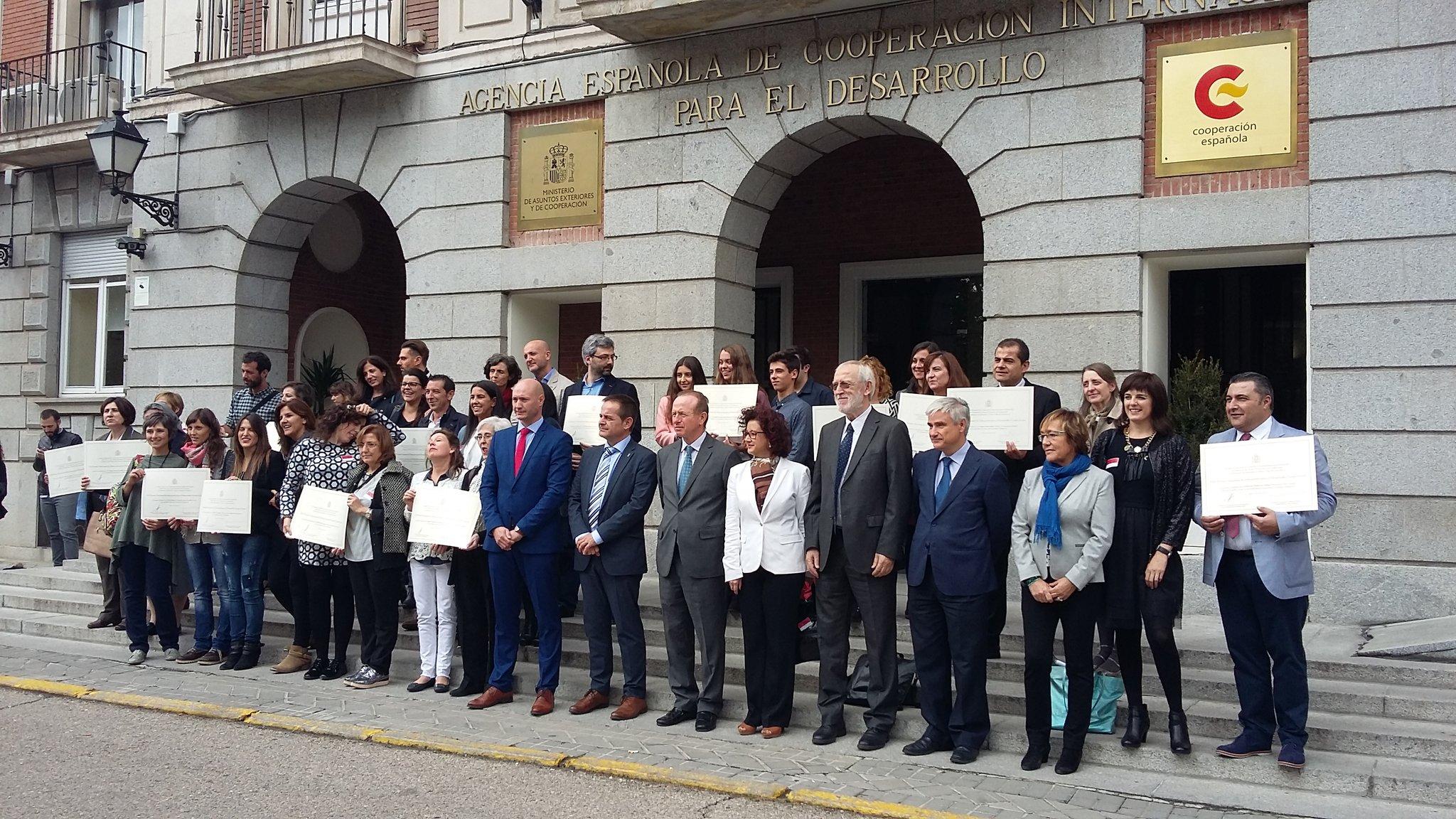 Aquí tenemos a los ganadores del Premio Nacional de #Educación para el Desarrollo Vicente Ferrer. #Enhorabuena. #PremioED https://t.co/KaeUwT2bqQ