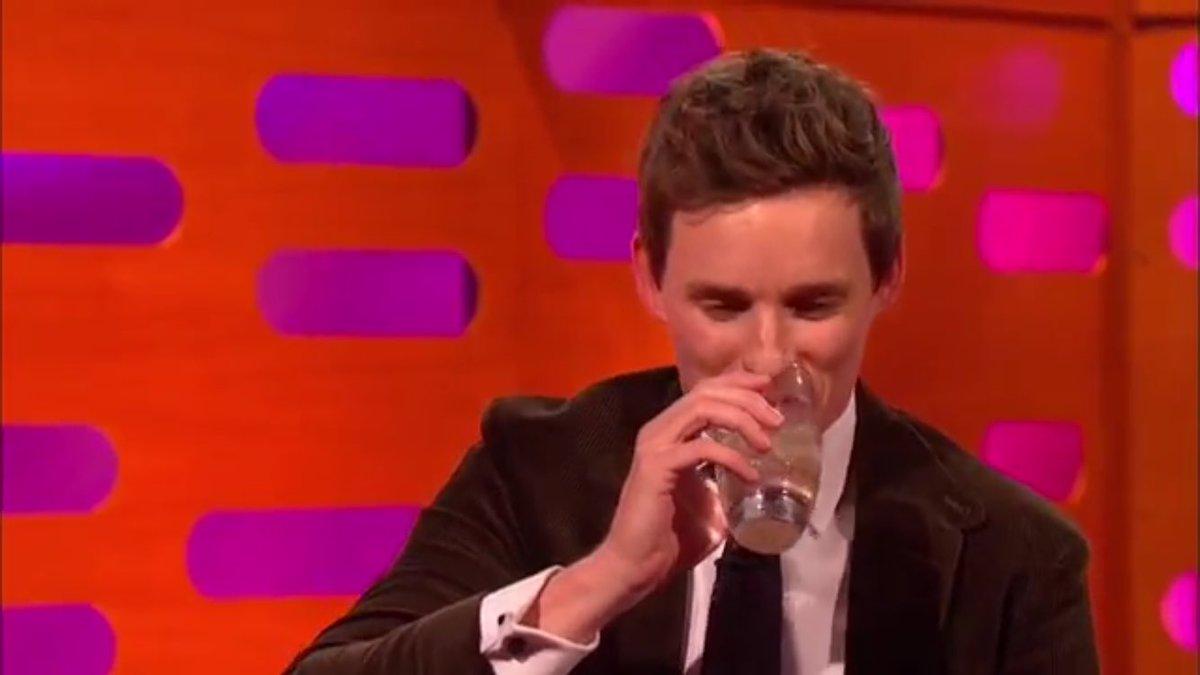 「皆さんご存知ないかもしれないけど、実はエディは高度な訓練を受けた魔法使いなのよね。(エディに)魔法陣を覚えてる?」 「あーー………ううん(笑ってしまい飲みかけたものをぶほっ)」 ブライアンきゃーって避けてるwwww