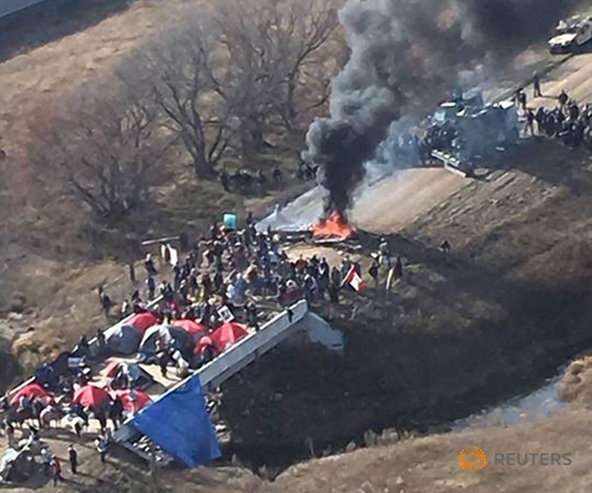 Soldiers and North Dakota cops force oil pipeline protesters from camps