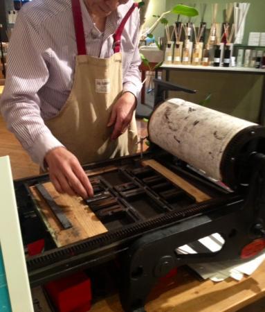 【新宿本店】本日、明日の2日間限定で、活版印刷のワークショップを開催しております。英国ヴィンテージの活字を使って、お好きな言葉をノートやトートバッグに入れられます。世界にひとつだけのオリジナルグッズをコンランショップで作りませんか? https://t.co/uzMQgIKUrq