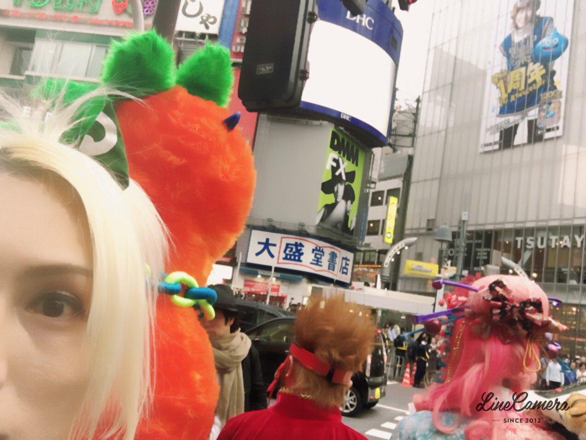 サイコルシェイムのロケ@渋谷センター街。 我々をハロウィンの仮装と勘違いした若者達が  『クオリティ高くね??』  などと仰ってましたが…  ぶっちゃげ…我々は服にかけてる金額がちがいますんで笑 https://t.co/0dPJGcjHBx