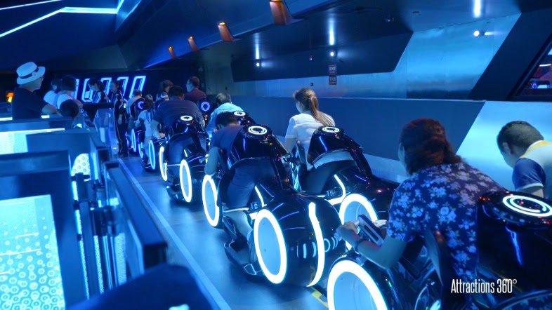 海外ディズニーランドで稼働中。「トロン」のジェットコースターのライド映像