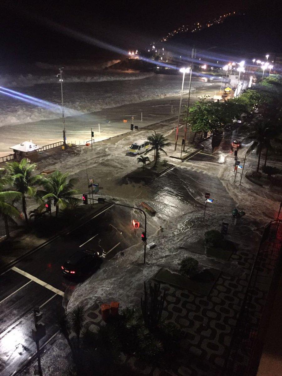 Praia do Leblon, está madrugada. https://t.co/QyhNPrIqYR