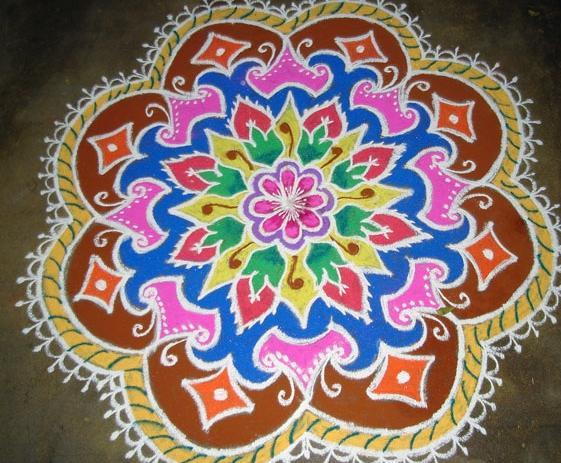 Entre otras cosas, durante el Diwali se hacen en el suelo dibujos geométricos llamados Rangolis con polvos de colores. https://t.co/EwJ5zbYcfO