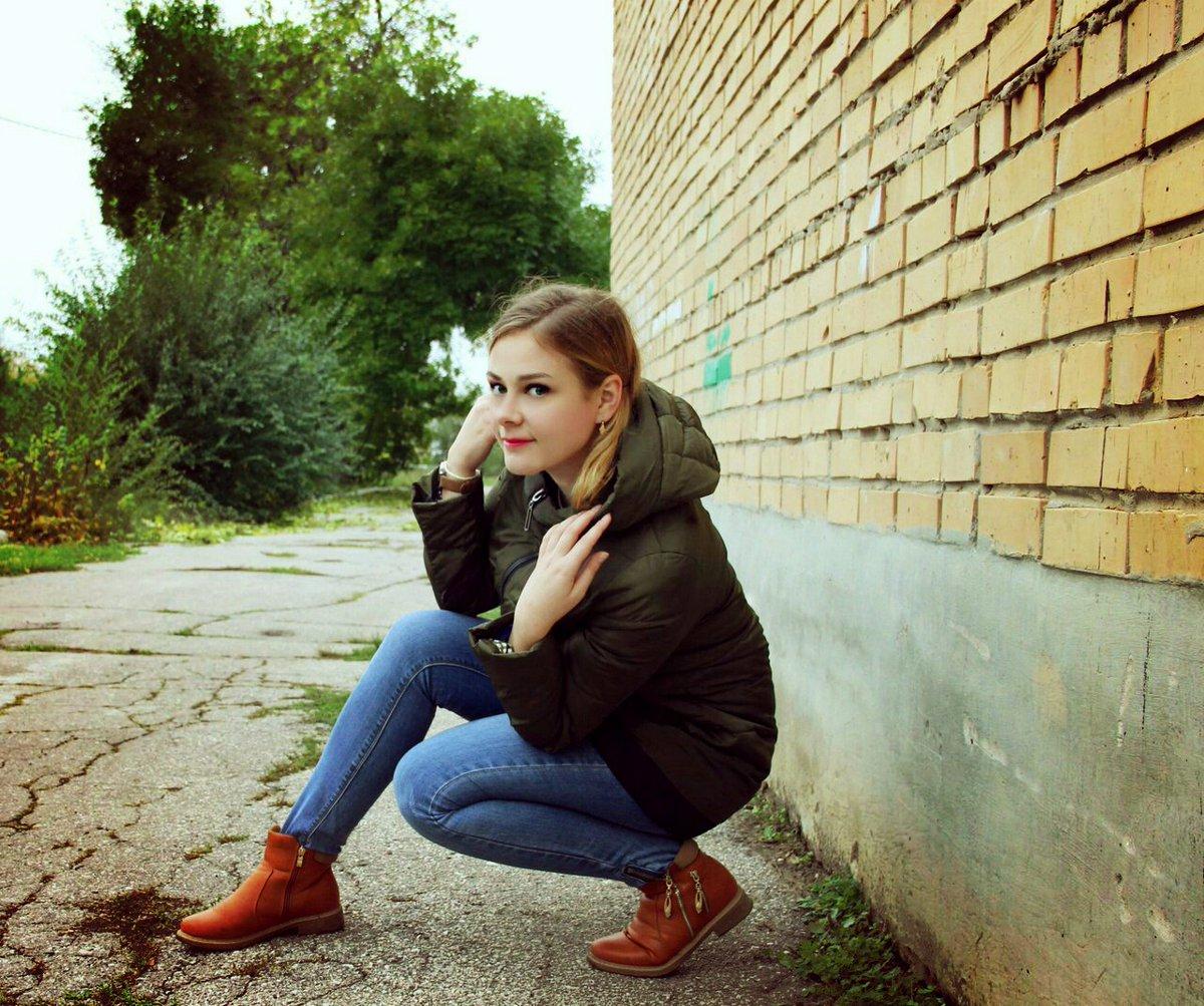 девушка с метелкой в попе