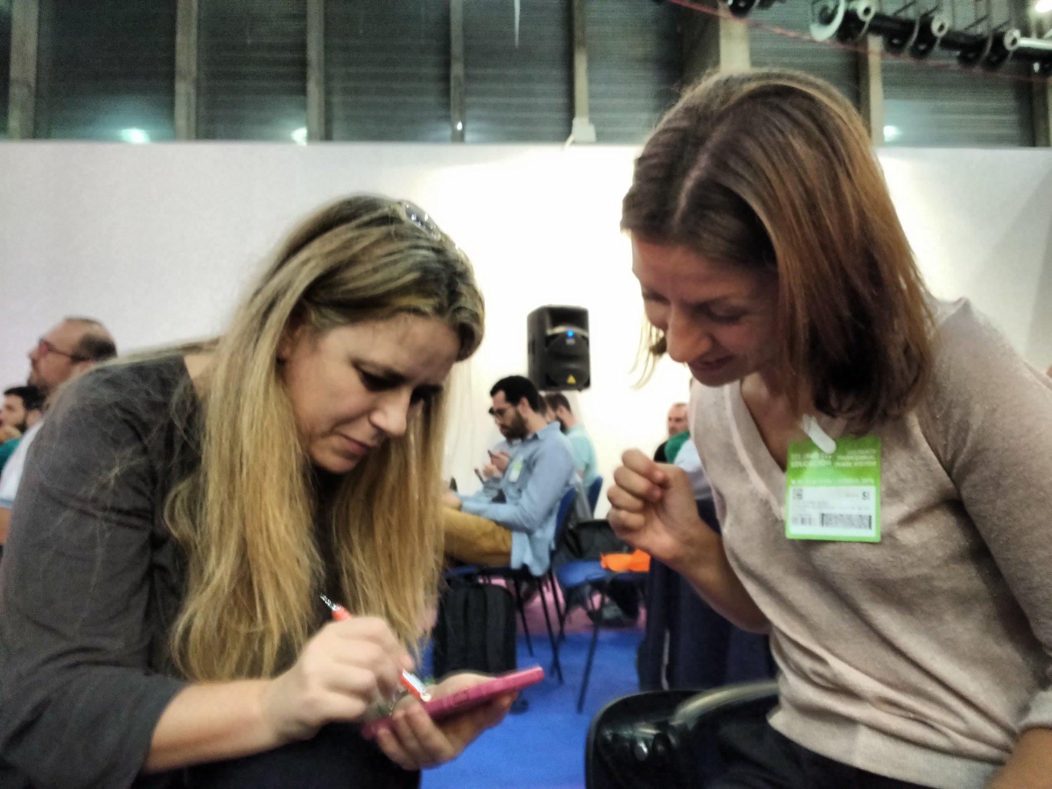 Dos brujas tuneando mi imagen para #desafiosimo @LuzBeloso @luciaalvarez (menos mal que son de dibujo) https://t.co/6YuDhYtywY