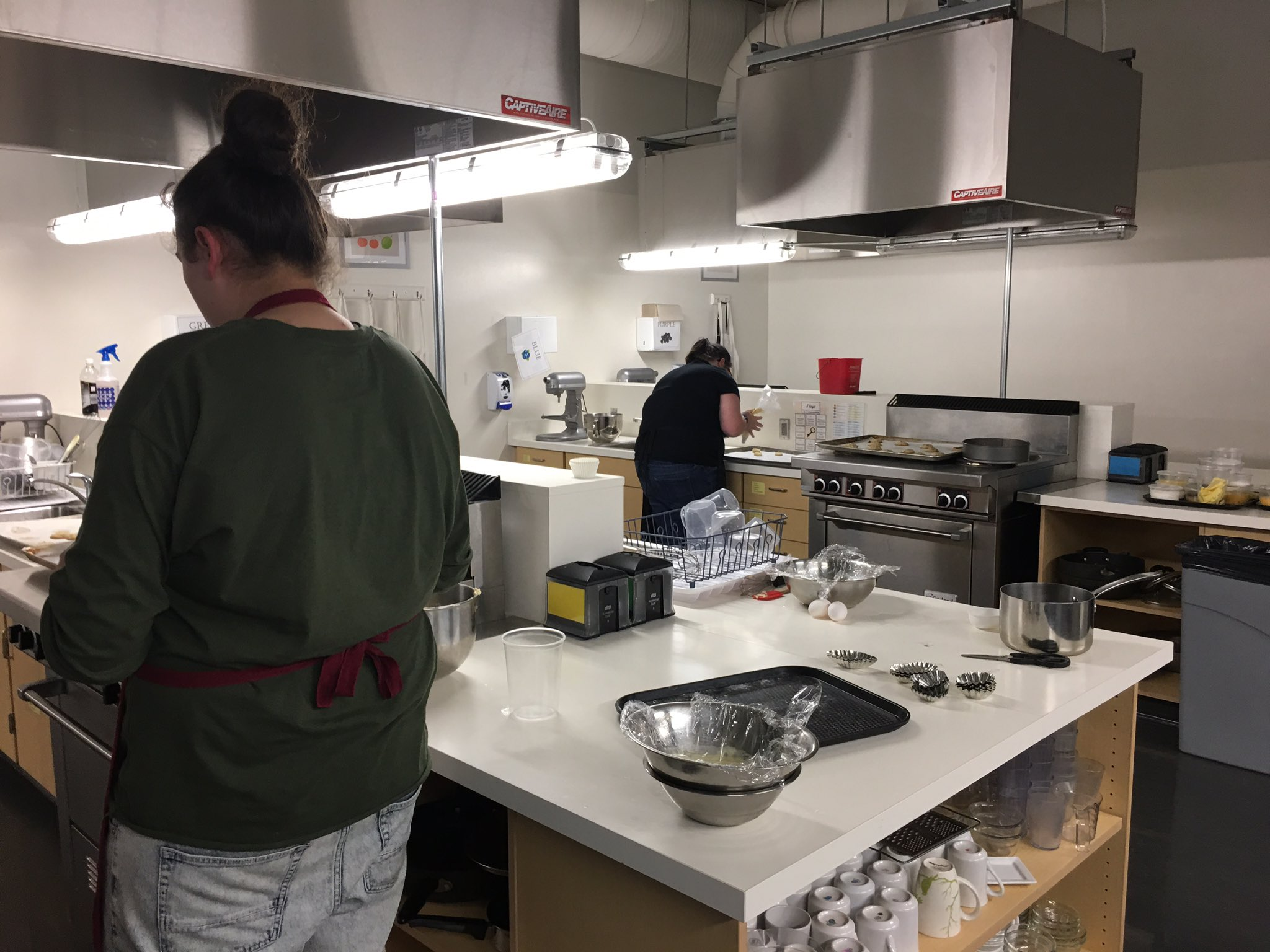 Hi! Tisha HS Culinary Tr multitasking.  Ss practicing for ACF pastry practical exam tonight #xplap https://t.co/dIAzbDRoy7