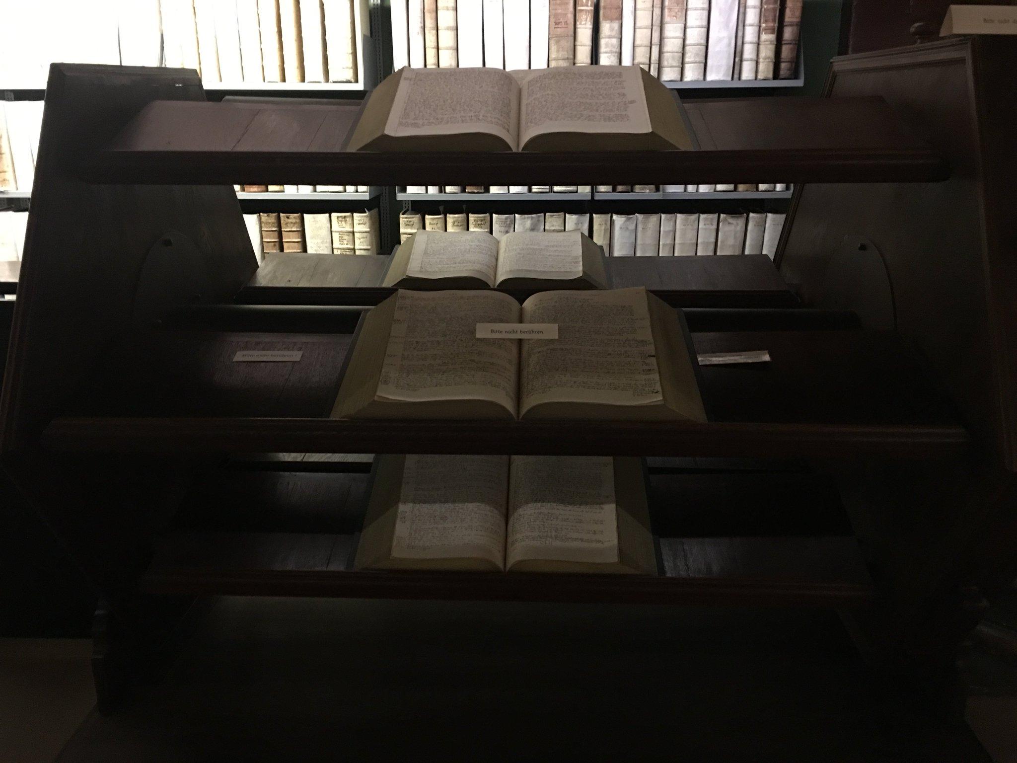 16irgendwas hat man schon im Stehen gearbeitet. Am Bücherrolltisch #meurers #echtlessig #buch https://t.co/FYSfWHXGg3