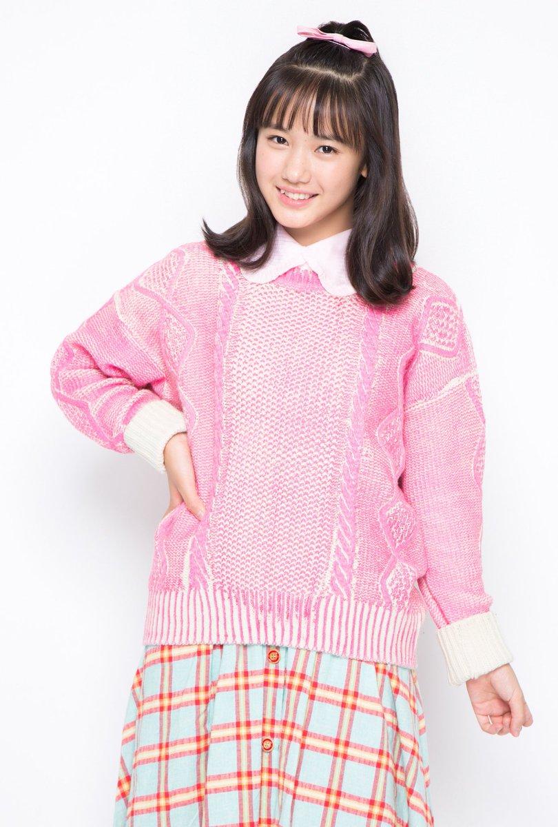 大きなピンクのセーターの横山玲奈の衣装の画像