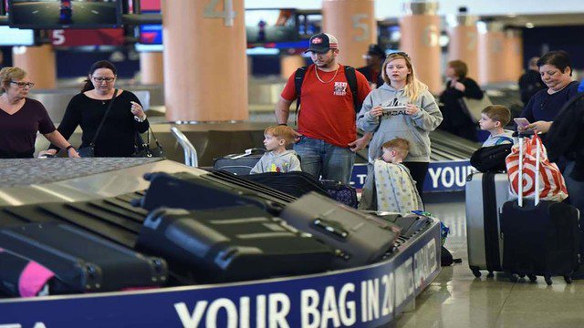 New airline regulations will require baggage fee refunds for delayed luggage>>