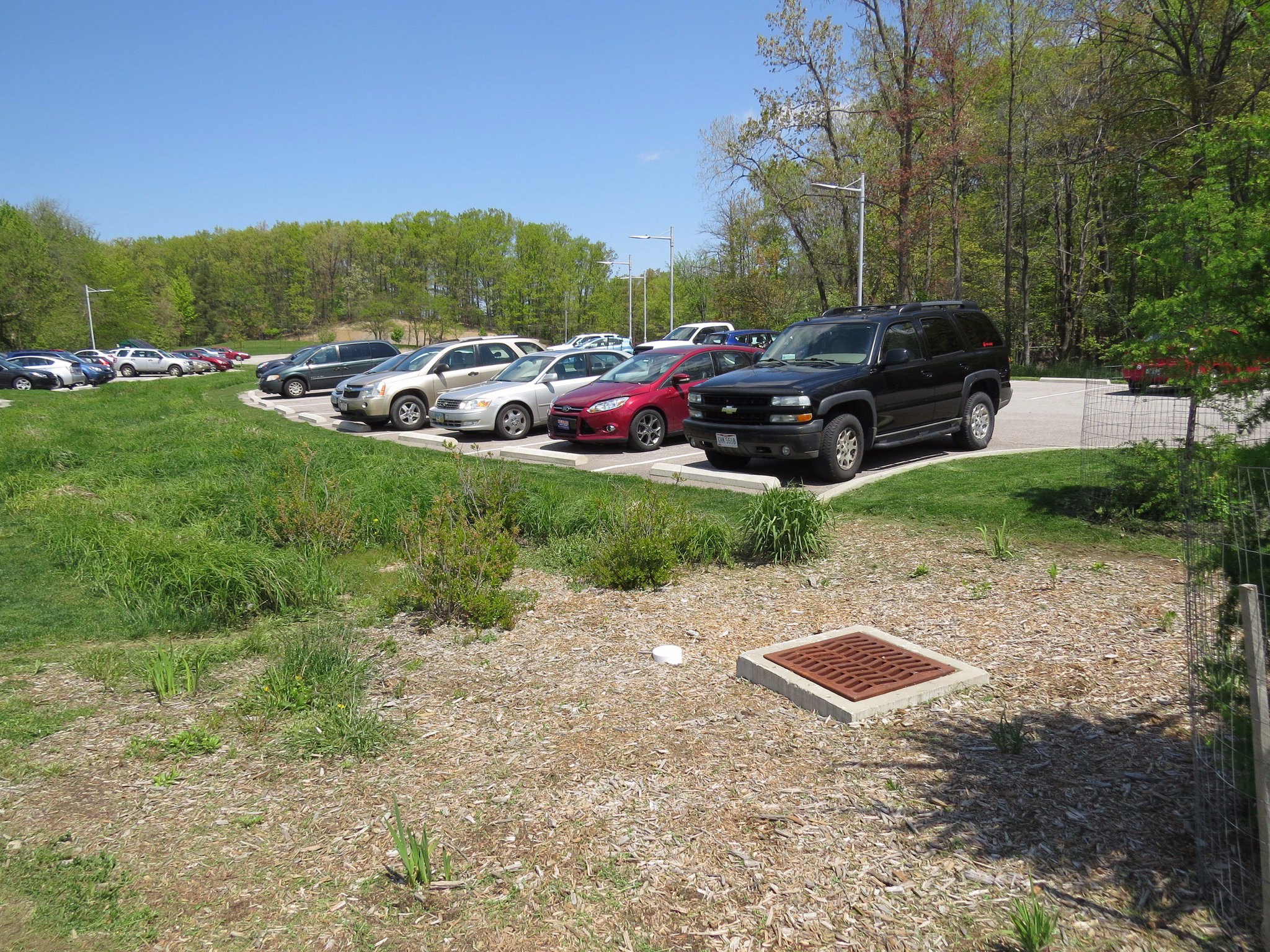 Here's a huge bioretention cell in a parking lot @clevemetroparks, with an overflow that we've never seen needed. #spottheSCM https://t.co/yACuoJxVGa
