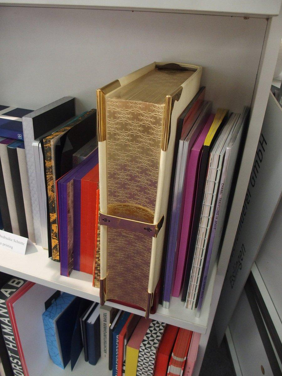 フランクフルト・ブックフェアでみかけたすごい三方金の本。箔を押しただけじゃなくて模様まで入ってる!  どうやってるの…… https://t.co/fUoPdeOCX8