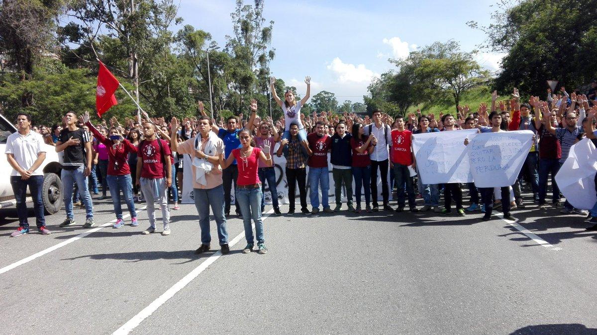 Estudiantes trancan la Francisco Fajardo | Foto vía Twitter