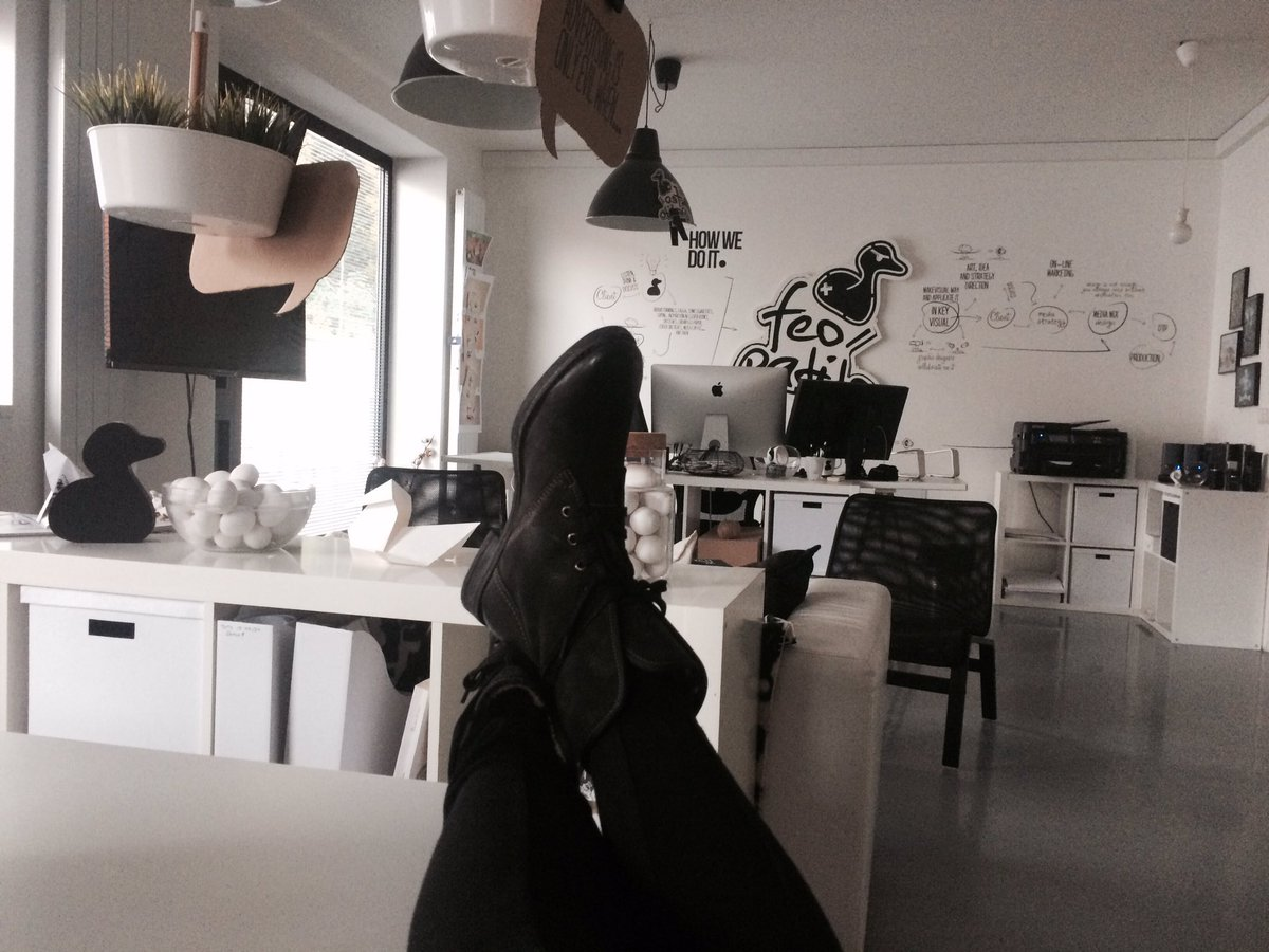 Ready for weekend??? #nohyhore #chill #workhard #legs #studio #office #interior #work #graphic #feopatito #kachnahledaenergiipic.twitter.com/r3X9o6INe7