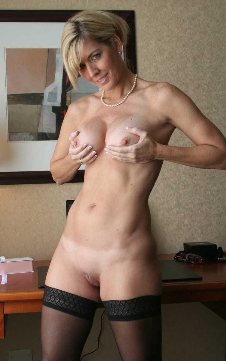 Blonde naked amature mom