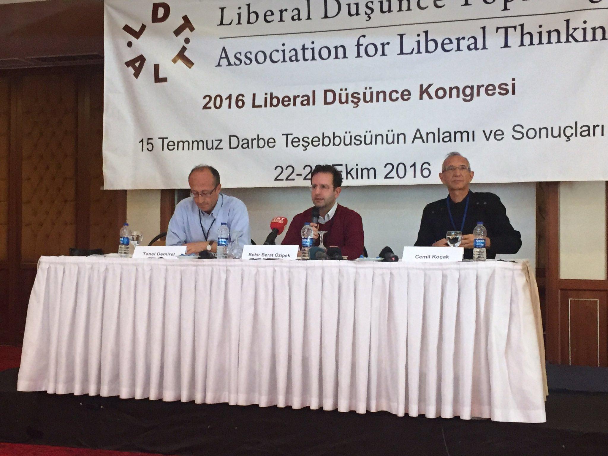"""#LDK2016 I.Oturumu """"15 Temmuz ve Türkiye'de Demokrasinin Tahkimi"""" @beratozipek @cemilkocakstar ve Tanel Demirel'in sunumları ile başladı. https://t.co/O1Hf55mTUO"""