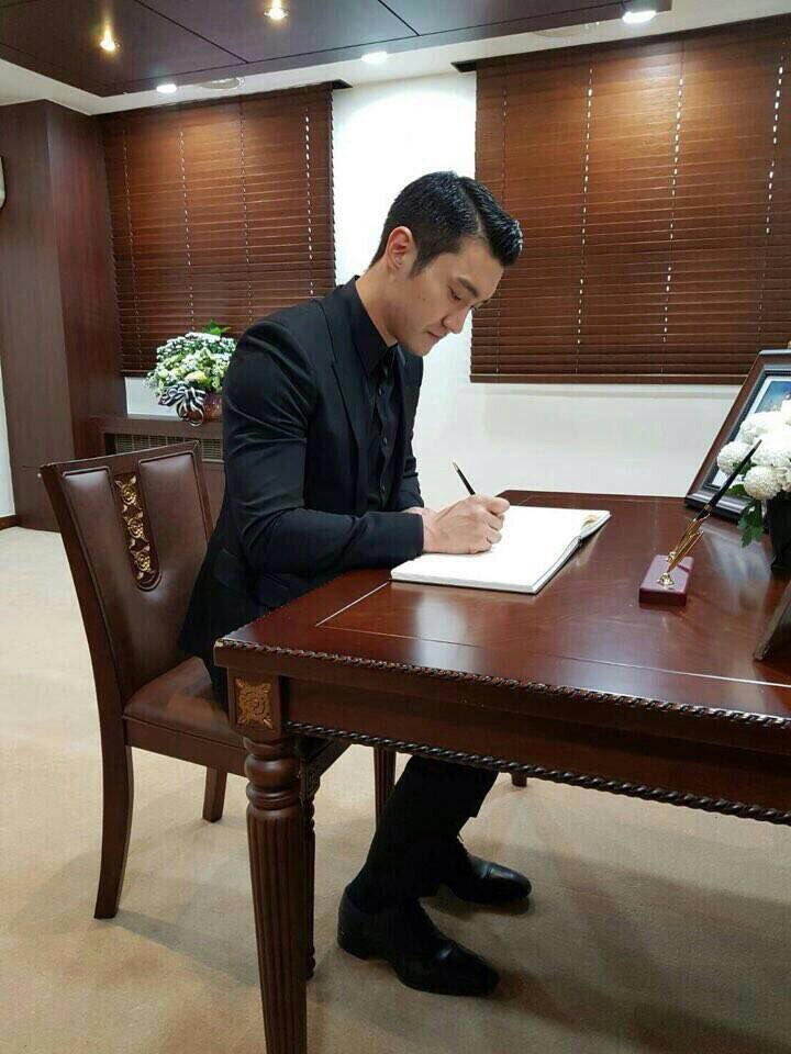 161022 #Siwon Went To Royal Thai Embassy in Seoul To Show Respect To King #Bhumibol ©®siwonspecial https://t.co/PHK3hC5Ih1