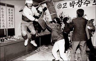 견찰들 RT @photo_jjang: 설마 경찰이 시신을 강제로 빼내서 강제로 부검하겠냐는 분들께 보여주고 싶은 사진. 대한민국 경찰은 안치실 벽을 해머로 깨고 들어와 시신을 강제로 빼내간 전력이 있음 https://t.co/d1jZF3U5ps
