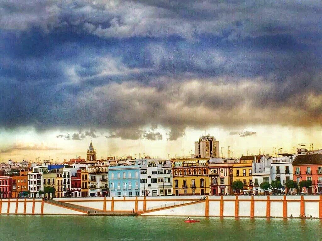 Pase lo que pase, TRIANA siempre te llena de color, miarma..  #Sevilla   @AbeInfanzon https://t.co/rf9ufIWTxX
