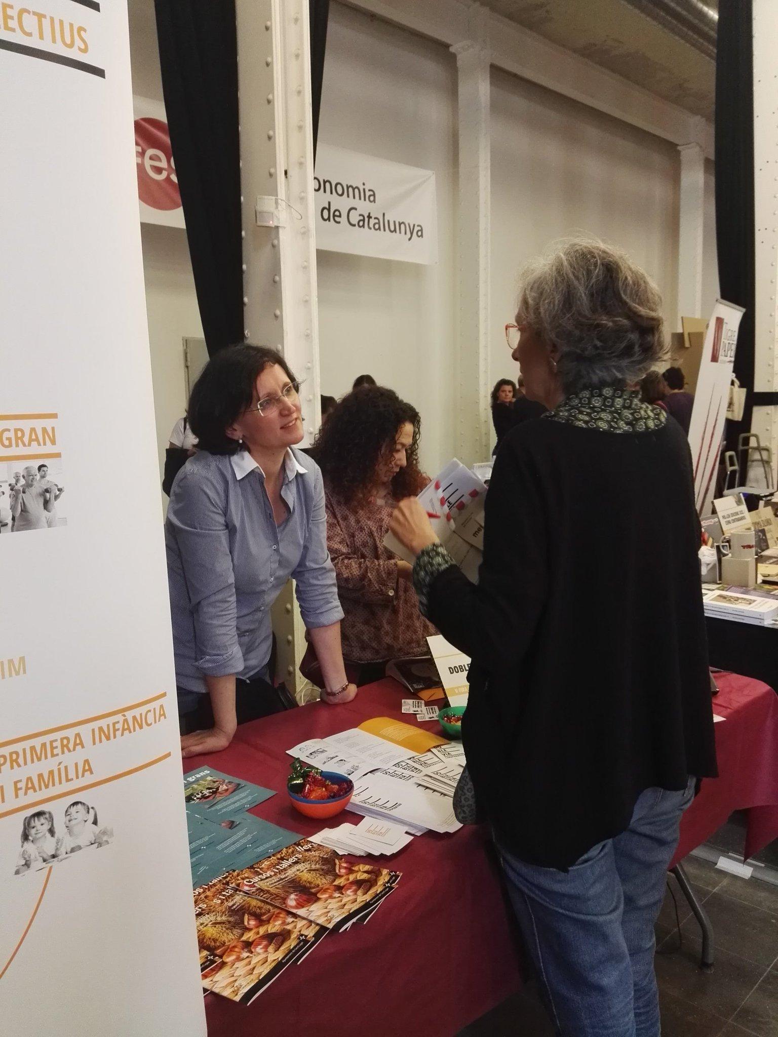 Molta gent a la #FESC2016!!! Amb la @MontseBoixadera i l'AlbaLucia @XES_cat https://t.co/ly2vpCZ4fe
