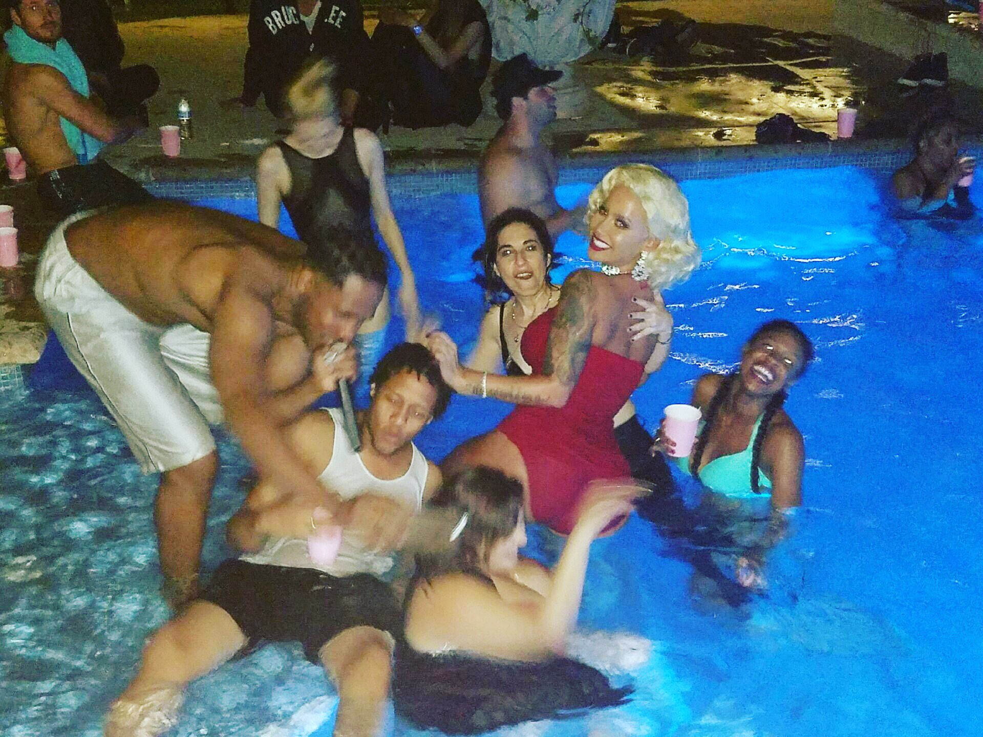 RT @DaRealAmberRose: My Private Pool Birthday party last night was soooo much fun just my close friends and family #materialgirl �� https://…