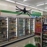 ハロウィンをクモの飾りだけで乗り切ろうとしているコンビニが笑える
