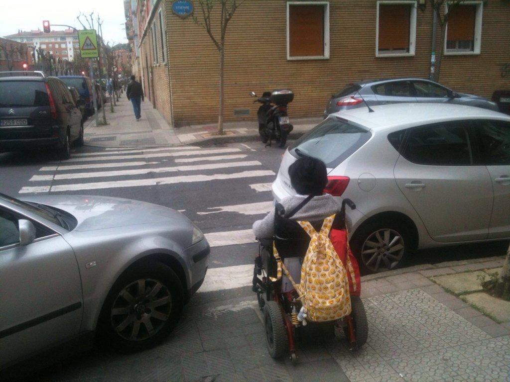 """""""Hay problemas más graves"""" """"Multan por afán recaudatorio""""  Ocupar accesos para personas con discapacidad es impedir algo tan esencial como cruzar una calle"""