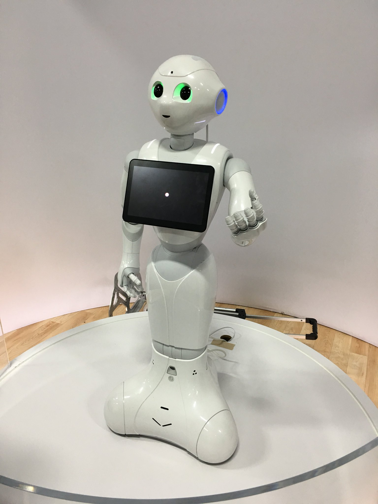 Got to meet #Pepper, IBM's robot that works with @IBMWatson. You can meet her too on the #Cognitive Councourse at #IBMWoW. #WatsonIoT https://t.co/qxLXI8YfXa