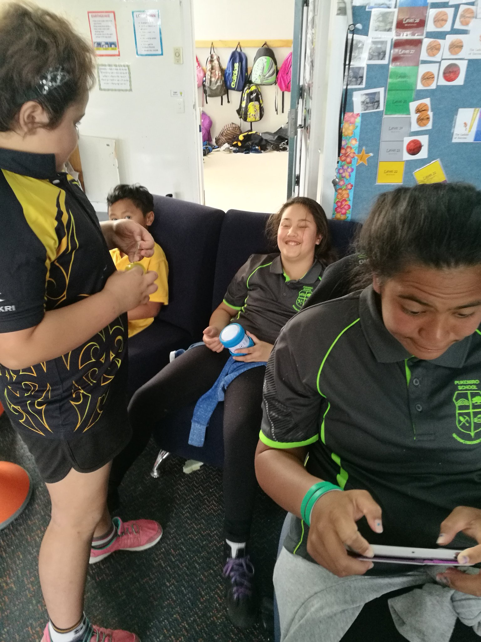 Coding to rescue their Idea from the maze #GlobalMakerDay @nzleeangela https://t.co/SFlVZTpry1