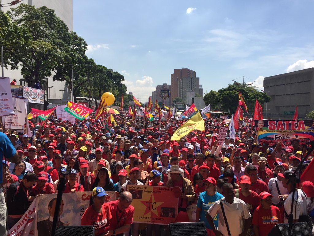 Pueblo chavista se concentra en la Avenida Libertador en defensa de la Constitución